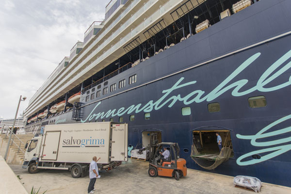 Mein Schiff 3 loading supplies